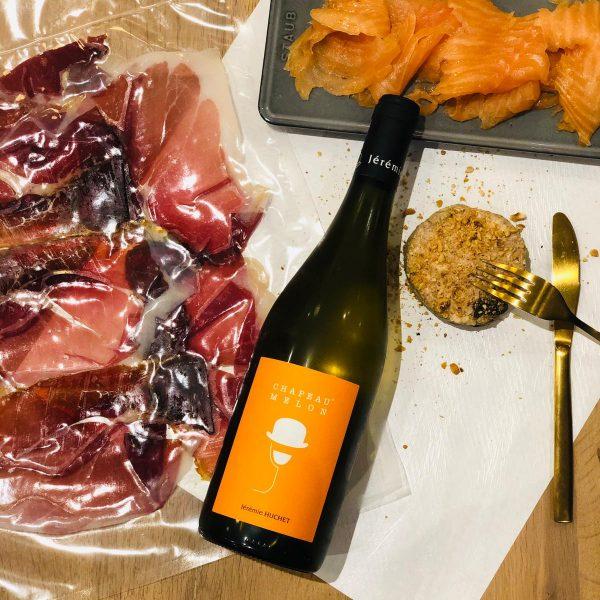 Une bouteille Chapeau Melon - Vin blanc (75cl) 150gr de saumon fumé par nos soins Jambon